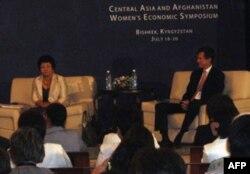 Roza Otumbayeva va Robert Bleyk simpozium qatnashchilarining savollariga javob bermoqda
