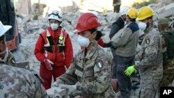 지진 피해가 발생한 이탈리아 아마트리체에서 군인들이 구조활동을 벌이고 있다.