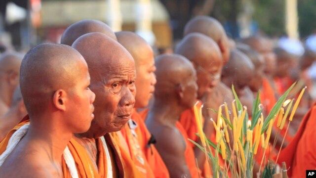 Các nhà sư Phật giáo cầu nguyện cho Quốc vương Norodom Sihanouk phía trước của Cung điện Hoàng gia ở Phnom Penh, Campuchia, 26 tháng 1 năm 2013.