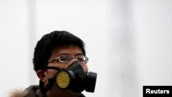 在北京雾霾笼罩下,一位男子戴面具上街。(2014年2月22日)