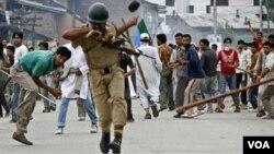 Polisi India sering menjadi sasaran amukan para demonstran di Kashmir-India.