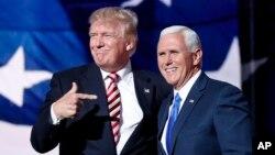 도널드 트럼프(왼쪽) 미국 공화당 대통령 후보가 20일 오하이오주 클리블랜드에서 진행된 전당대회에서 마이크 펜스 부통령 후보를 손가락으로 가리키고 있다.