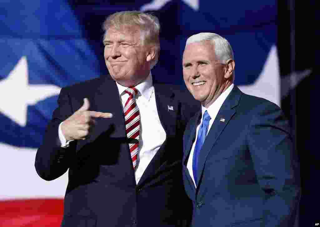 Le candidat à la présidence Donald Trump pointe du doigt Mike Pence qui vient d'accepter la candidature de vice-présidentdans le cadre de la convention nationale républicaine le 20 juillet 2016.