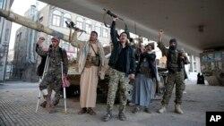 Combatientes hutíes entonan esloganes mientras patrullan una calle que lleva a la casa del expresidente Ali Abdullah Saleh, en Saná, Yemen, el lunes, 4 de diciembre de 2017.
