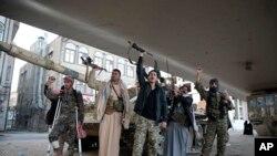 Pripadnici pokreta Huti blokirali prilaz Salehovoj rezidenciji, AP Photo/Hani Mohammed