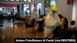 အင္ဒိုနီးရွားႏိုင္ငံ Bandung ၿမိဳ႕မွာ ကိုဗစ္ေရာဂါစစ္ေဆးေပးေနတဲ့ ျမင္ကြင္း။ (ဒီဇင္ဘာ ၃၀၊ ၂၀၂၀)