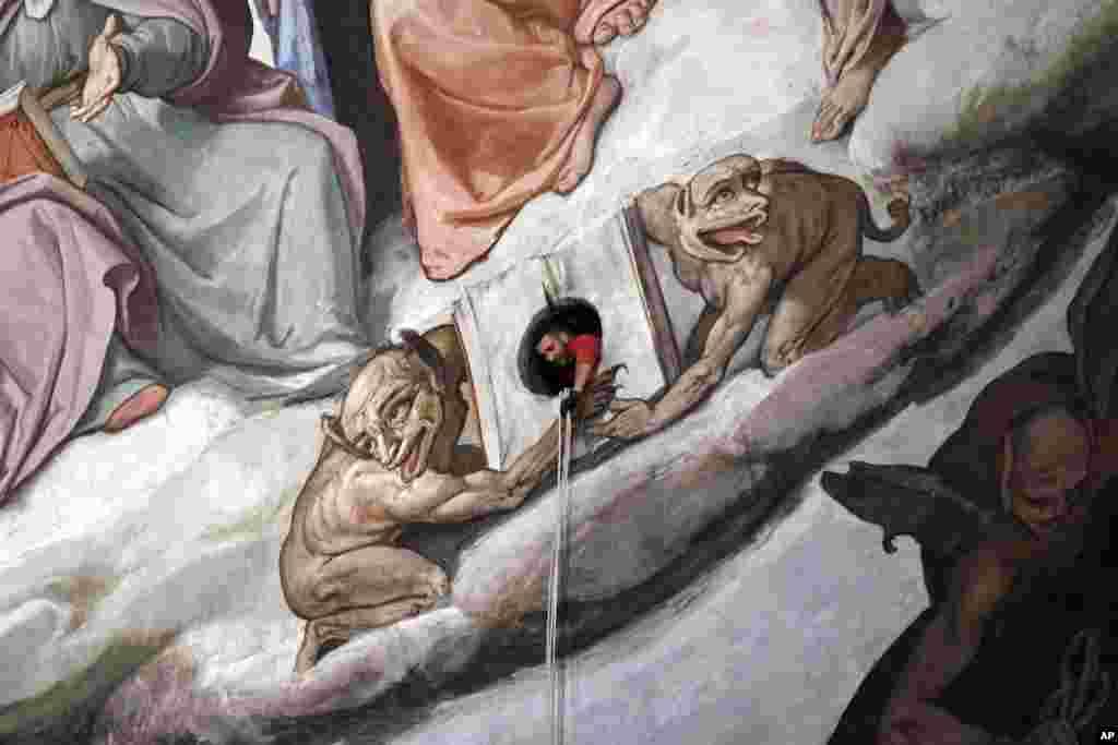 Bir yetkili Floransa'nın Maria del Fiore Katedrali'ndeki 15'inci Yüzyıl Brunelleschi'nin dev duvar resmini denetliyor.