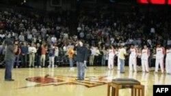 فرشید امین خواننده سرود ملی آمریکا درمراسم آغاز مسابقات بسکتبال میراث ایران