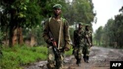Membros do grupo rebelde congolês M23 em patrulha na região de Rutshuru (Outubro - 2012)