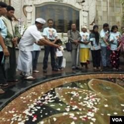 Peringatan mengenang korban bom Bali tahun 2002 di Kuta Bali (12 Oktober 2010).