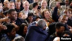 12月15日奧巴馬總統在新澤西的迪克斯堡與美軍人握手。