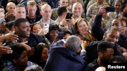 Presiden AS Barack Obama berjabat tangan dengan para tentara di New Jersey (15/12).