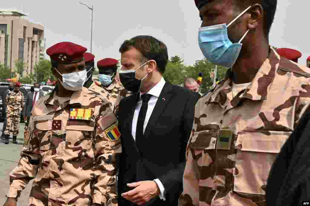 Président ya RDC mpe mokambi ya Union africaine Félix Tshisekedi (D) na président Emmanuel Macron ya France na matanga ma Idriss Deby na N'Djamena, Tchad, 23 april 2021. (Twitter/Présidence RDC)