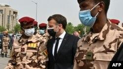Le président français Emmanuel Macron et le fils du défunt président tchadien Idriss Deby, le général Mahamat Idriss Deby (à g.), assistent aux funérailles nationales du défunt président tchadien Idriss Deby à N'Djamena, le 23 avril 2021.