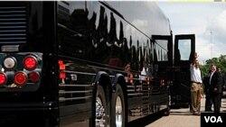 'Bus Force One' atau bis kepresidenan yang digunakan Obama yang berharga sekitar 1,1 juta dolar AS. Secret Service membeli dua buah bis seperti ini.