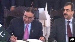 صدر آصف علی زرداری اٹھارویں آئینی ترمیم پر دستخط کرتے ہوئے