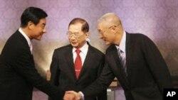 参选人在辩论前握手致意