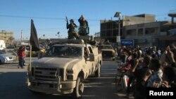 基地組織武裝份子在費盧傑市上街慶祝佔領