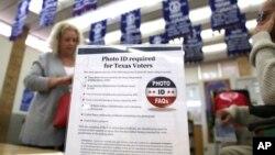 지난해 3원 미국 텍사스 주 알링턴 시에서 실시한 예비 선거 투표소에 신분증 제시를 요구하는 안내문이 세워져 있다.
