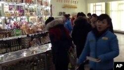 지난 2월 12일 북한 평양 중구역 창전거리에 새로 문을 연 '황금벌상점'.