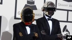 """法國電音二人組合""""蠢朋克""""戴著機器人頭盔面具抵達洛杉磯第56屆格萊美獎頒獎典禮會場。(2014年2月26日)"""