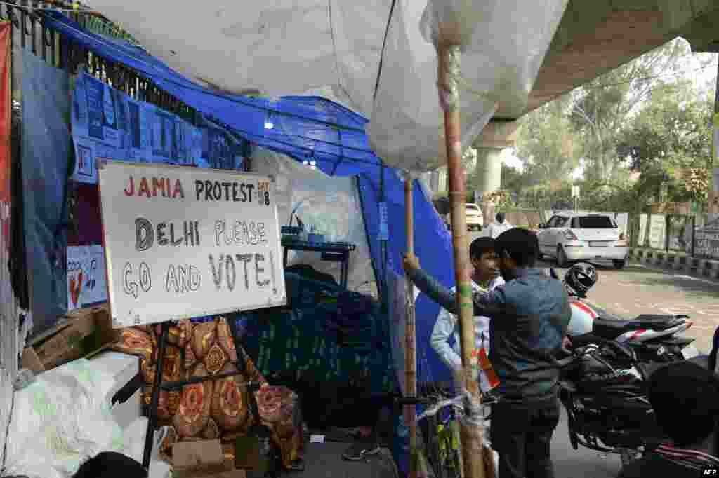 بھارتی دارالحکومت میں انتخابات ایسے ماحول میں ہوئے جب شہریت بل کے خلاف نئی دہلی کے شاہین باغ اور جامعہ ملیہ اسلامیہ سمیت ملک بھر میں مظاہرے جاری ہیں۔ لیکن ہفتے کو ان مظاہروں میں وقفہ آیا اور مظاہرین نے بھی ووٹ کا حق استعمال کیا۔