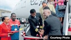 Mbuvi Nguzi Mkurugenzi mkuu wa KQ akikaribisha ndege ya pili ya 787 Dreamliner