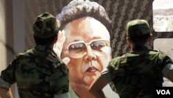 Dua tentara Korea Selatan memandangi poster pemimpin Korea Utara, Kim Jong-il, yang dilukis oleh seorang pembelot dari Korea Utara, Sun Moo, di Museum Memorial Perang Korea (foto: dok).