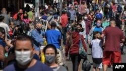 La foule dans une rue commerçante du centre-ville de Sao Paulo pendant la pandémie de coronavirus, au Brésil, le 4 août 2020. (Nelson Almeida/AFP)