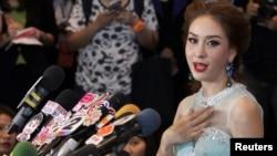 미스 유니버스에 태국 대표로 출전하기로 돼 있던 월루리 디세야밧 양이 정치적 문제로 출전 자격을 박탈당한 후, 9일 기자회견을 가지고 있다.