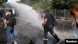 匈牙利防暴警察在與塞爾維亞的邊界處向抗議的移民發射催淚彈和水炮 (2015年9月16日)