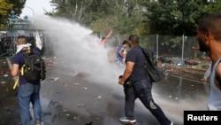 Policia hungareze përleshet me migruesit në kufirin me Serbinë