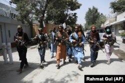 Pejuang Taliban berpatroli di kawasan Wazir Akbar Khan di kota Kabul, Afghanistan, Rabu, 18 Agustus 2021. (Rahmat Gul/AP)