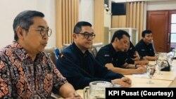 Tim O-Channel TV menemui Komisi Penyiaran Indonesia (KPI) Pusat untuk menjelaskan insiden komentator yang menyampaikan pernyataan seksis, Senin, 9 Maret 2020. (Foto: KPI Pusat)