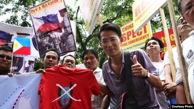 Nhà hoạt động Nguyễn Lân Thắng cùng các bạn của anh vận động cho Việt Nam