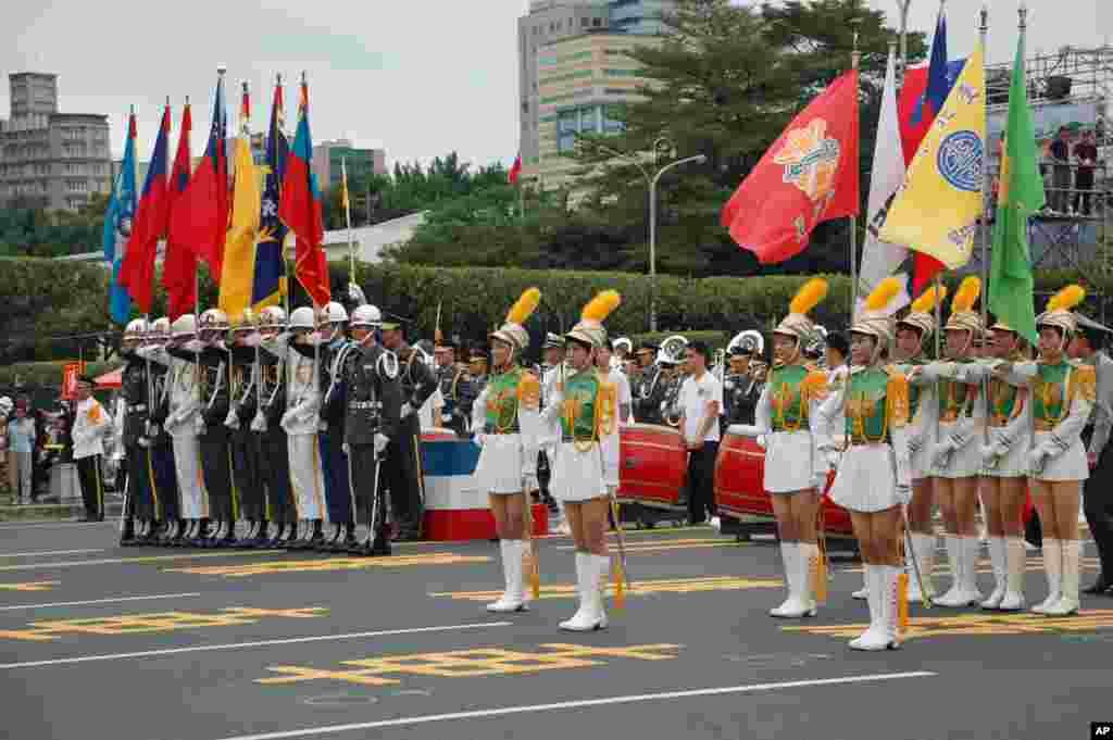 """台湾三军仪仗队和""""北一女""""中学仪仗队"""