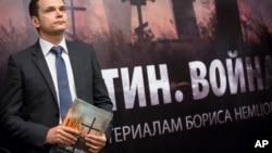 Član ruske opozicije sa izveštajem koji je sastavio Boris Njemcov
