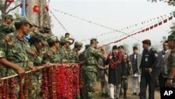 尼泊尔毛派前武装分子1月22日迎接尼泊尔总理