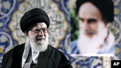Ayatollah Ali Khamenei memberikan pidato di depan pasukan paramiliter Iran 'Basij' di Teheran hari Rabu (20/11).