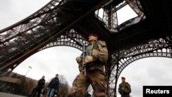 سهربازێکی فهڕانسه خهریکی پاسهوانی له نزیک بورجی ئیفل له پاریس. 10ی جانوێری 2015ی زاینی