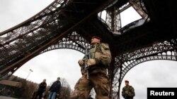 Francuski vojnik patrolira oko Ajfelovog tornja