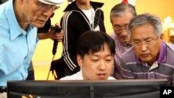 24일, 한국의 이산가족상봉 신청자들이 대한적십자사가 발표한 1차 상봉 대상자 명단을 확인하고 있다.