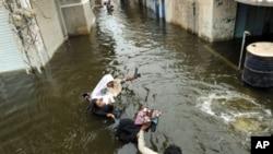 수해로 고통받는 파키스탄 가족