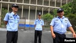 在杭州一个会议中心外面,保安人员阻止人们照相。20国集团峰会将在这个会议中心举行(2016年8月3日)