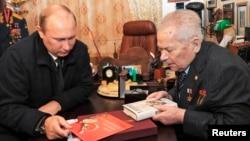 FILE - Russia's President Vladimir Putin (L) meets Mikhail Kalashnikov, the Russian inventor of the AK-47 assault rifle, in Izhevsk Sept. 18, 2013.