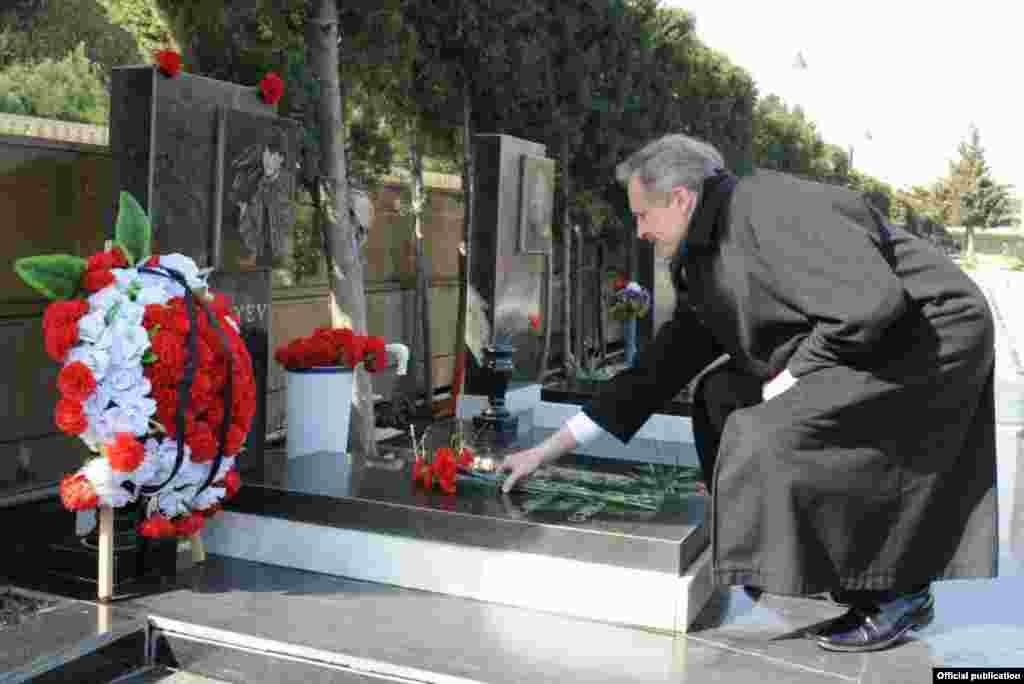 ABŞ səfiri Robert Sekuta jurnalist Çingiz Mustafayevin məzarını ziyarət edir