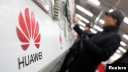 一名消费者在上海的电子产品市场体验华为手机。