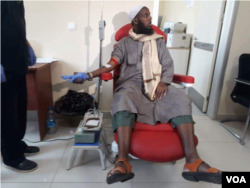 Former al-Shabab deputy emir Mukhtar Robow is seen giving blood in a Mogadishu hospital, Oct. 16, 2017. (Photo: VOA Somali Service)