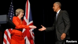 Thủ tướng Anh Theresa May (trái) và Tổng thống Hoa Kỳ Barack Obama bắt tay sau khi trao đổi với các phóng viên sau cuộc họp song phương bên lề hội nghị thượng đỉnh G20 Summit ở Hàng Châu, Trung Quốc, ngày 4 tháng 9 năm 2016.