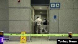 지난 29일 인천국제공항 여객터미널 내 화장실에서 폭발성 의심 물체가 발견된 가운데 경찰이 현장을 봉쇄하고 현장 조사를 벌이고 있다.